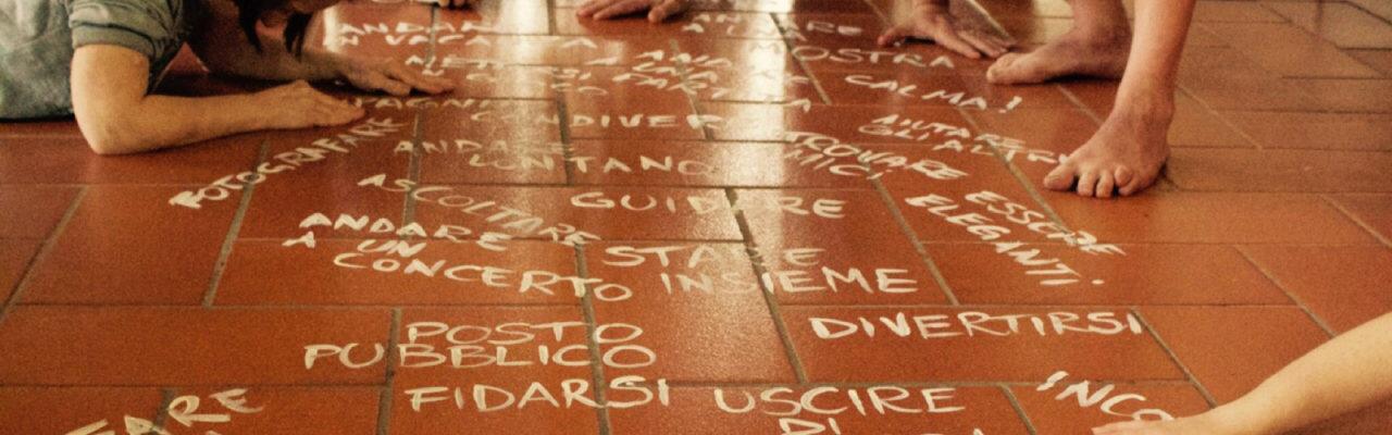 in questa immagine ci sono delle scritte e delle mani sul pavimento