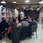 Persone sedute a tavola durante la cena