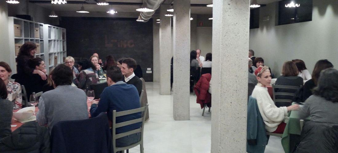 Persone sedute a tavola durante la Cena dei desideri
