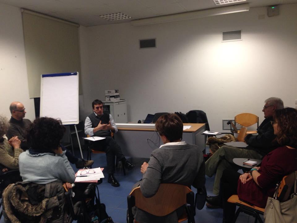Giovanni Merlo parla al comitato destinatari formato da volontari e operatori