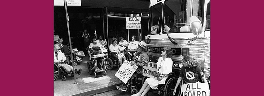 In questa immagine ci sono delle persone con disabilità che protestano