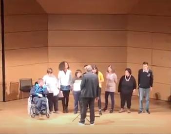 C'è un gruppo di persone che formano un coro e cantano