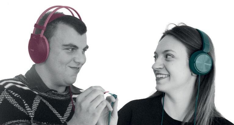 In questa immagine ci sono due persone che si guardano e sorridono